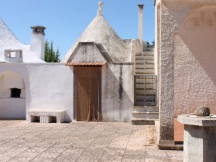 villa in campagna con trullo e terreno
